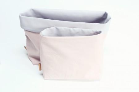 blepose sæt til puslebordet i rosa og lys grå bomuld og læder mærke i siden