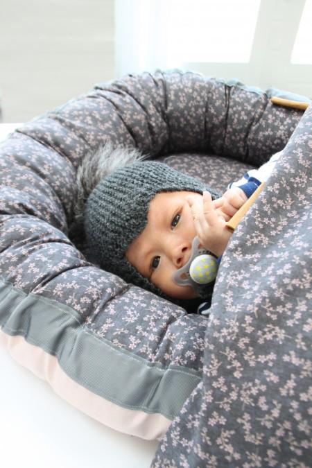 smuk babynest i bomuls popolin og bomuldssatin med læder detalje på siden