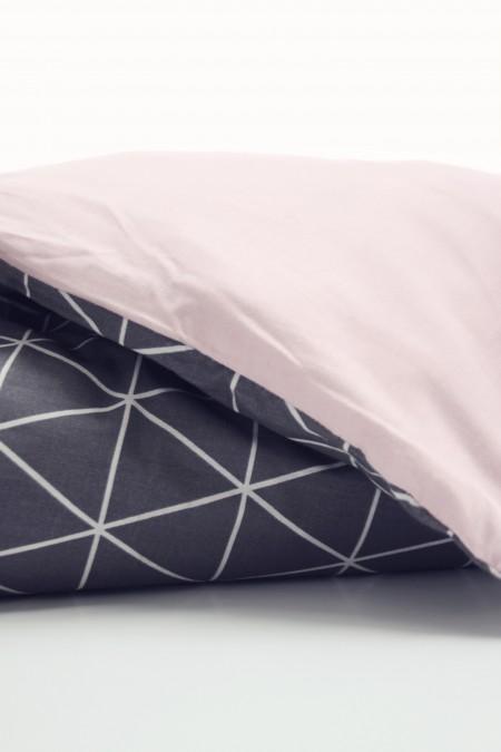 sengetøj i grafisk design med trekanter og i bomuldssatin