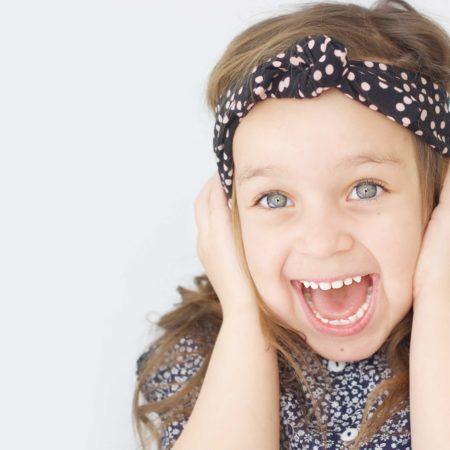 hårbånd til børn og nyfødte i flotte mønstre. Hårbåndet holder håret væk fra barnets hoved og kan bruges til både barnedåb, fødselsdag eller bare til pynt til en stor fest.
