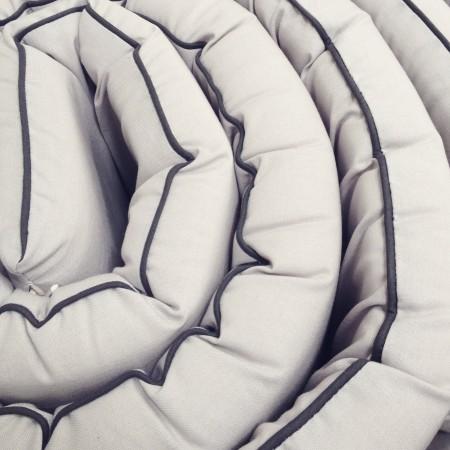 unisex sengerand i lys grå med mørk grå kant. nordisk design til det minimalistiske børneværelse.