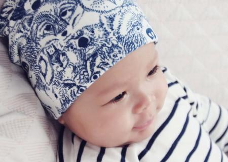 animal beanie i blå, sarah watson gar designet dette lækre print for art gallery fabrics
