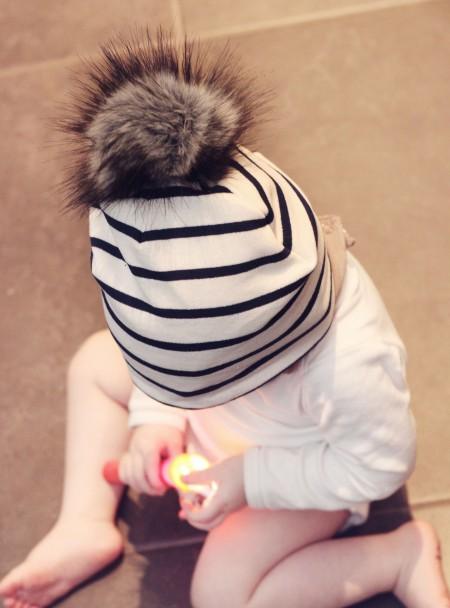 navy stribet baby hue med pelskvast i økologisk bomuld fra lehof