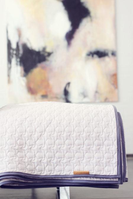 quiltede tæpper med stjerner på, kan bruges som legetæppe aktivitetes tæppe eller bare til stuen haven sommerhuset. Smukt interiør til både børneværelset samt stuen. Beautiful plaids for the livingroom
