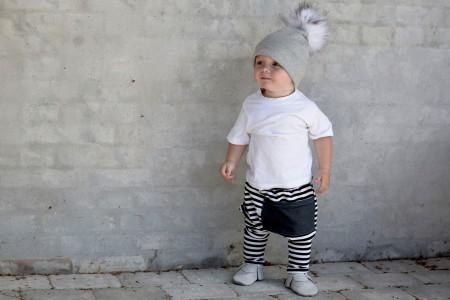 lys grå hue med hvid aftagelig kvast. tøj fra thetinytots