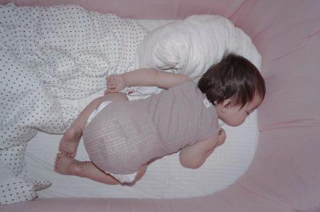 plus sengetøj i hvid med plusser. Baby sengetøj i økologisk bomuldssatin